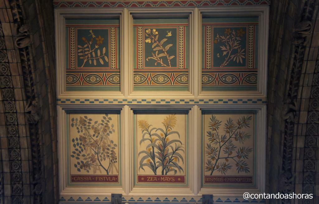 Detalhes nas arcadas do teto