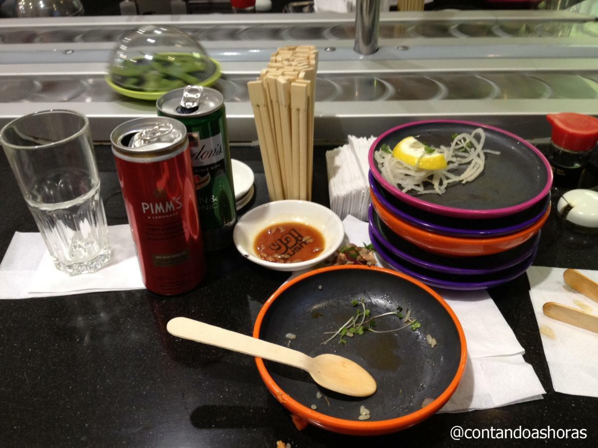 Almoçando no Yo!Sushi no Terminal 3 do aeroporto de Heathrow