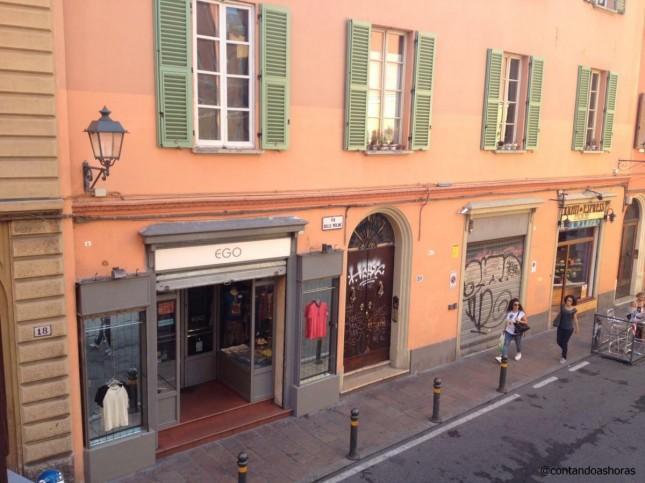 Rua em frente ao apto, localizado no centro histórico de Bolonha!