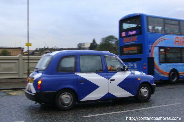 Andando de táxi em Edimburgo