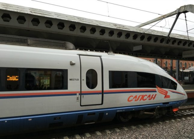 Viajando de Moscou a St Petersburgo no trem de alta velocidade russo Sapsan